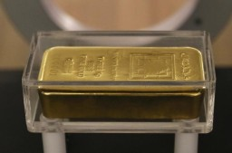A gold bar is displayed at the currency museum of Lebanon's Central Bank in Beirut November 6, 2014. REUTERS/Jamal Saidi